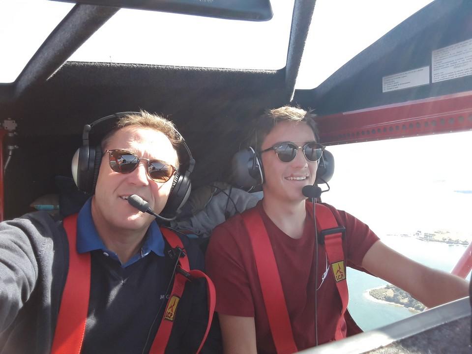 Un élève et son instructeur, en vol, à bord d'un multi-axe.